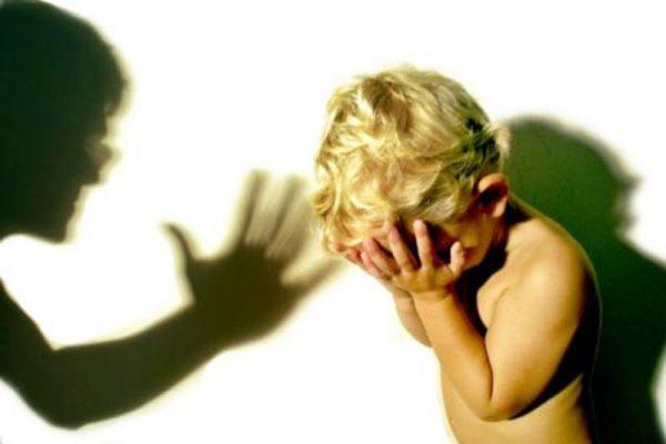 мужчина травмированный родителями в детстве морщинок именно