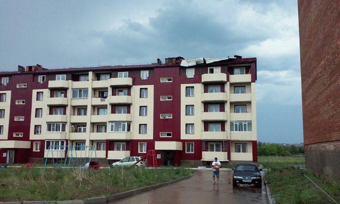 штормовым ветром сорвало крышу завода в Усть-Каменогорске