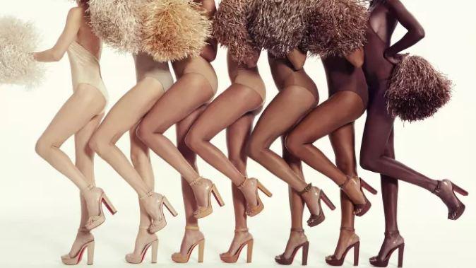 колготки телесного цвета, женские ноги, высокий каблук