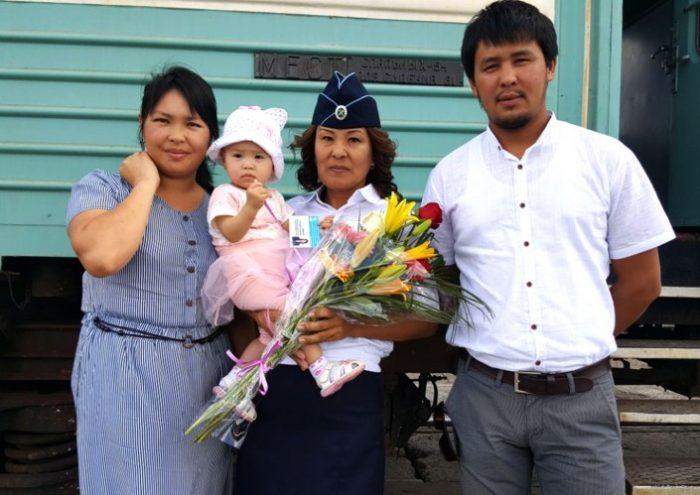проводница со спасенной девочкой и ее родителями