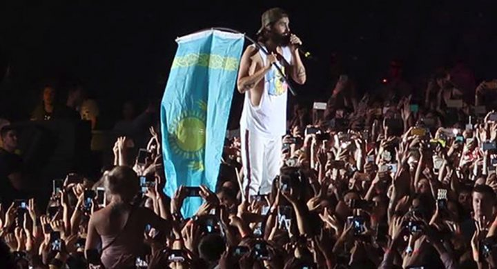 Одну из песен Джаред Лето исполнил с казахстанским флагом в руках. Источник: Sputnik