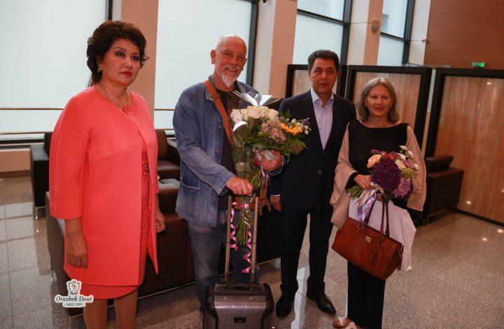 Джон Малкович (в центре)