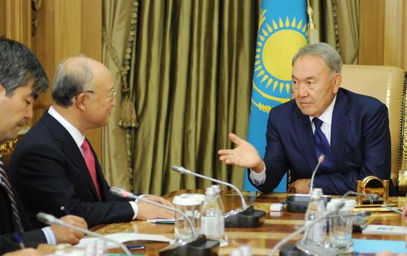 Президент Казахстана Нурсултан Назарбаев на переговорах с Генеральным директором МАГАТЭ Юкией Амано в 2015 году