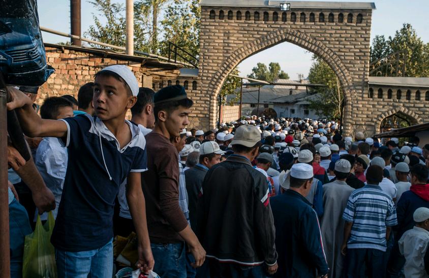 Жители Аравана у входа в мечеть в день религиозного праздник