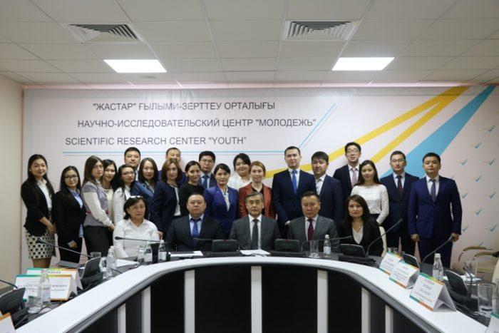 """Ермекбаев и сотрудники НИЦ """"Молодежь"""""""
