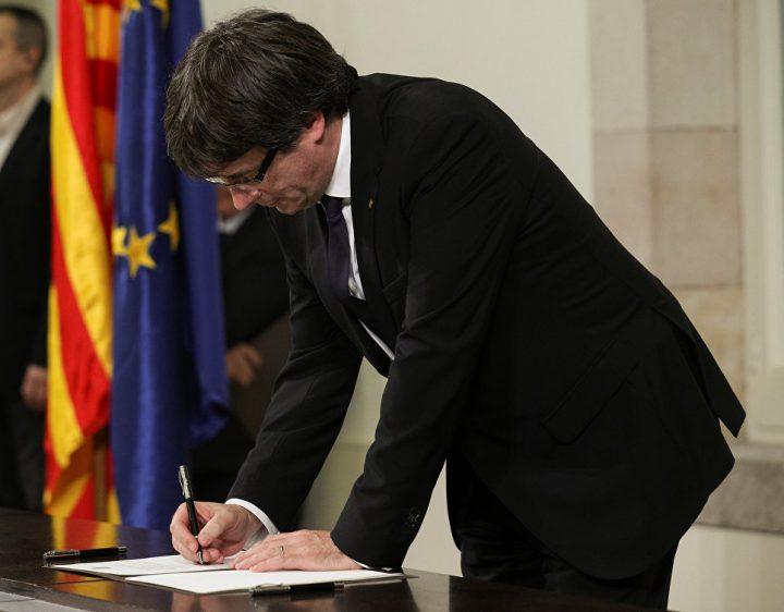 Карлес Пучдемон подписывает декларацию о независимости Каталонии. Фото: Reuters
