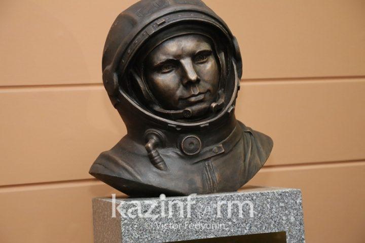 В Национальном космическом центре Казахстана установили бюст Юрия Гагарина