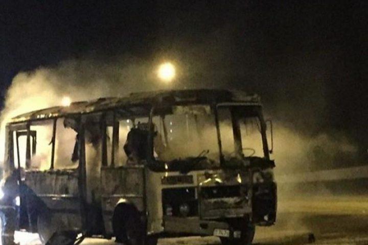 """Сгоревший автобус. Источник - """"Казинформ"""""""
