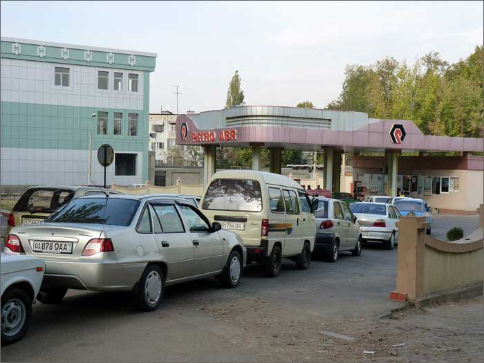 Очередь на АЗС в Узбекистане в 2010 году. Фото: Фергана