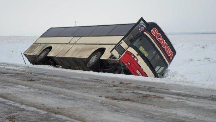 Автобус спассажирами опрокинулся натрассе вКарагандинской области