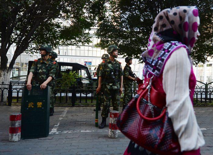 Военные на улице в Урумчи