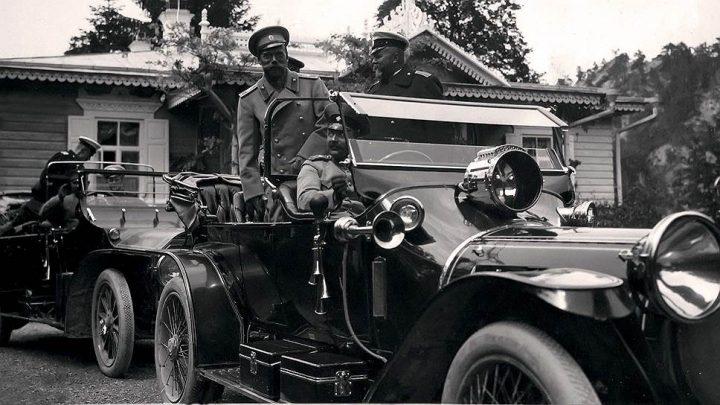 """Император Николай II в салоне автомобиля. Источник: """"Серебряный дождь"""""""