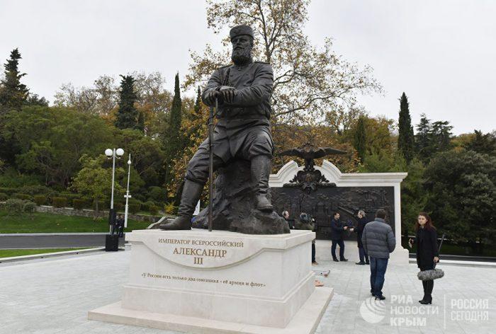 памятник императору