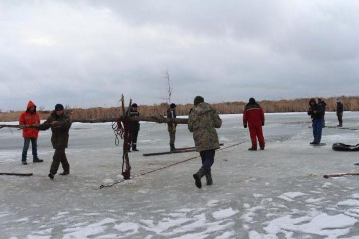 машина с людьми ушла под лед в вко