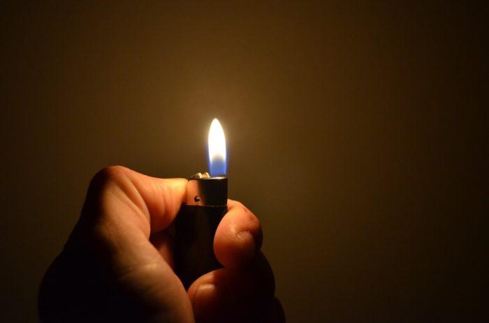 зажигалка горит
