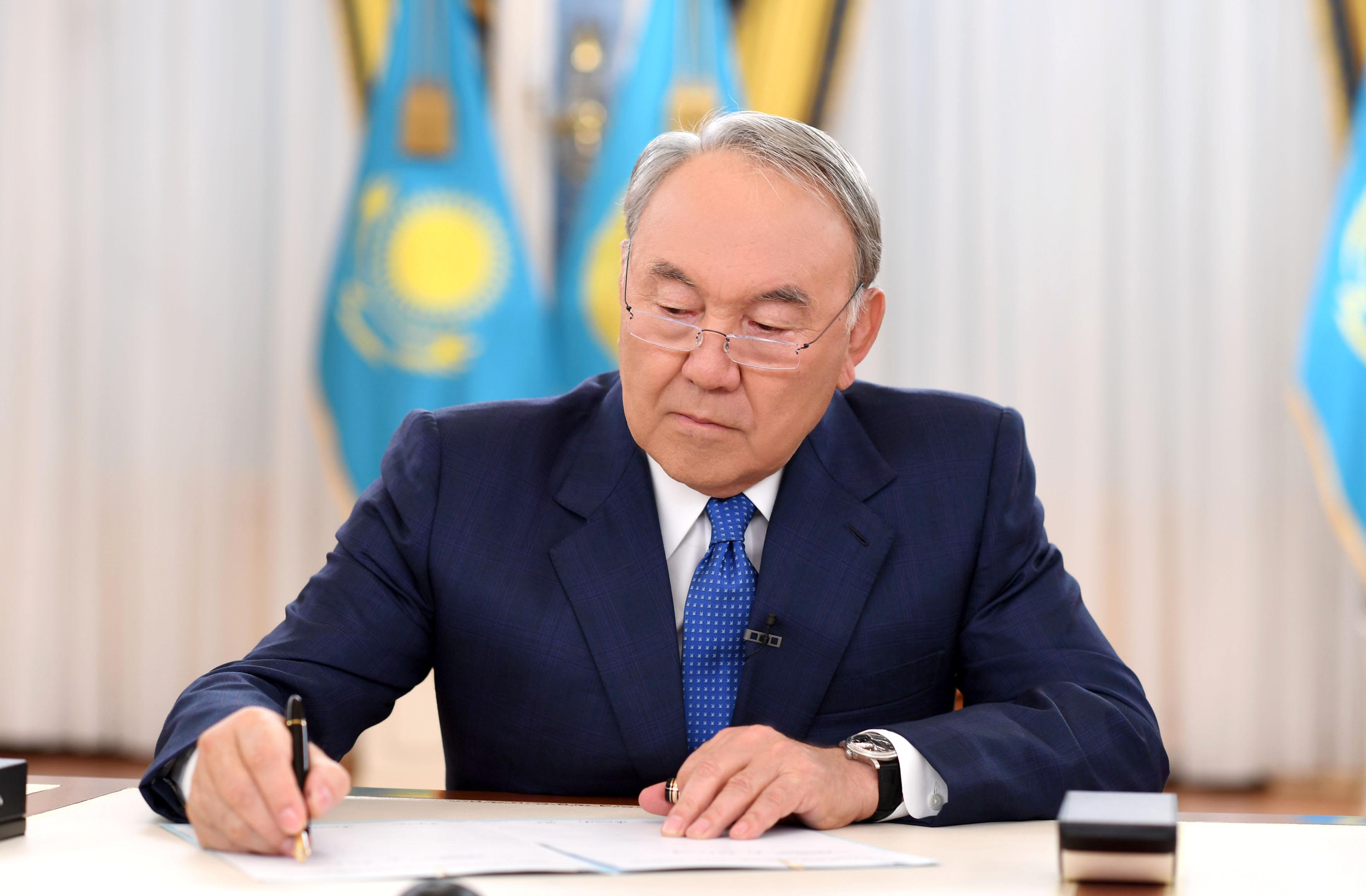 назарбаев подписывает закон