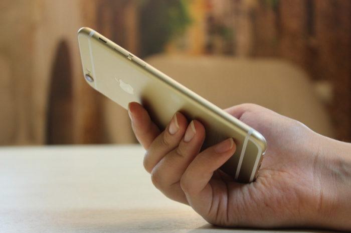 телефон в женской руке
