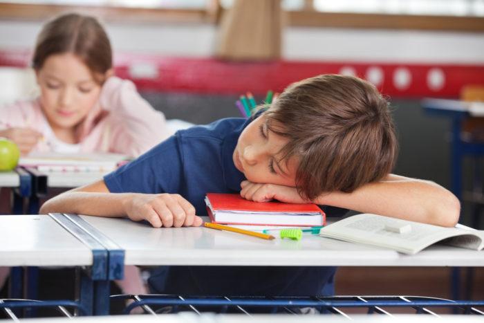 спит на уроке школьник