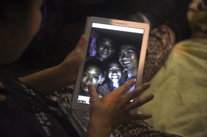 туристы пещера таиланд дети