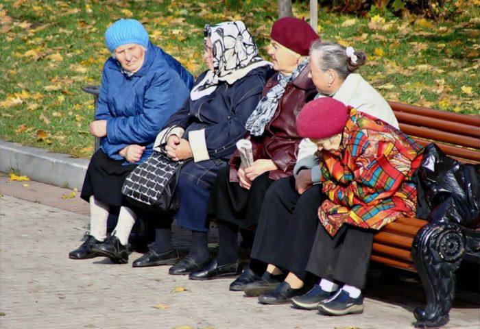 бабушки у подъезда