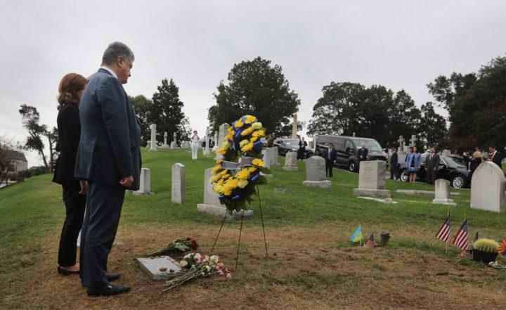 Порошенко на могиле Маккейна