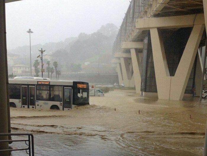 Затопленная дорога в Сочи
