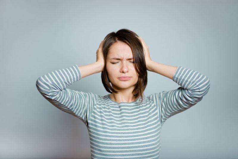Шум, дискомфорт, мигрень, болит голова