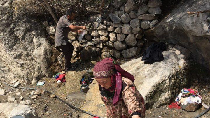 Родник, вытекающий из пещеры. Фото: BBC