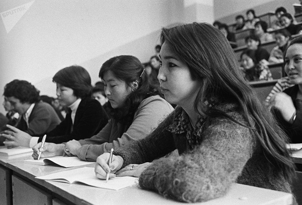 Студенты III курса Казахского педагогического института имени Абая на лекции, 1981 год