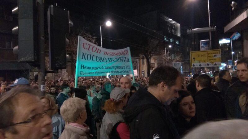 Население Сербии считает Косово частью страны. Присоединение земель является одним из главных требований к власти. Протесты в Белграде, 16 марта 2019 г.