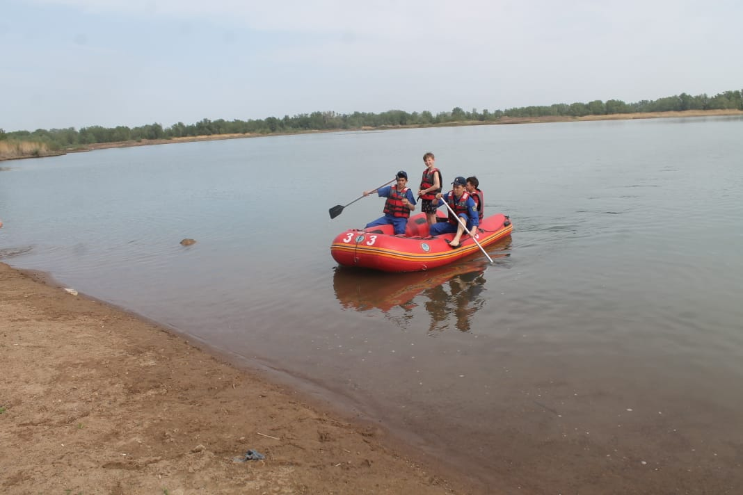 водоем лодка