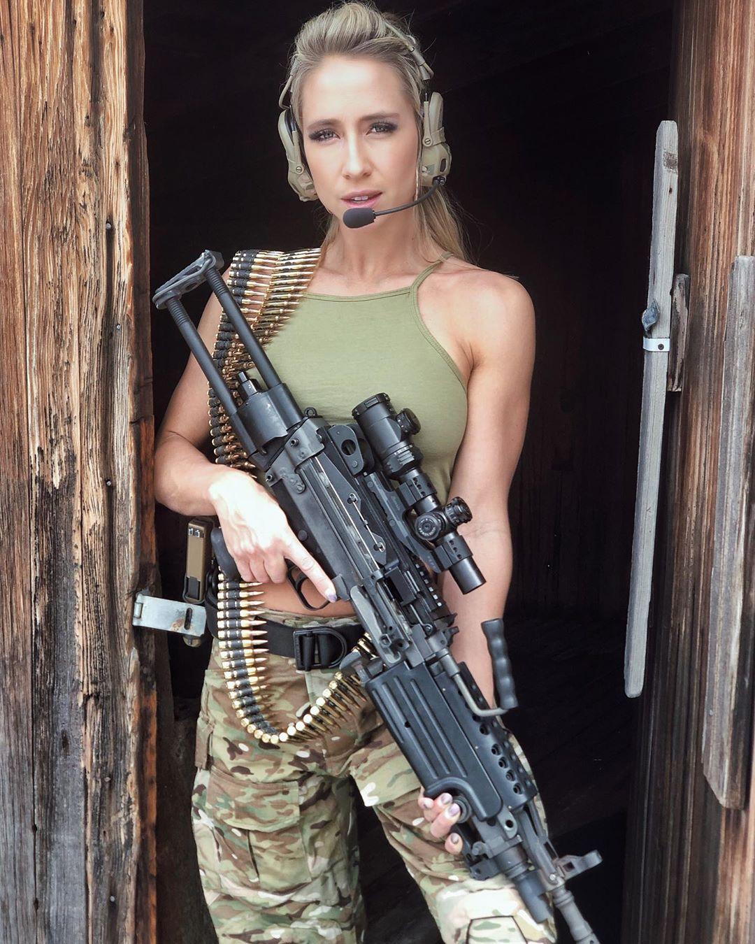 работа с оружием для девушек