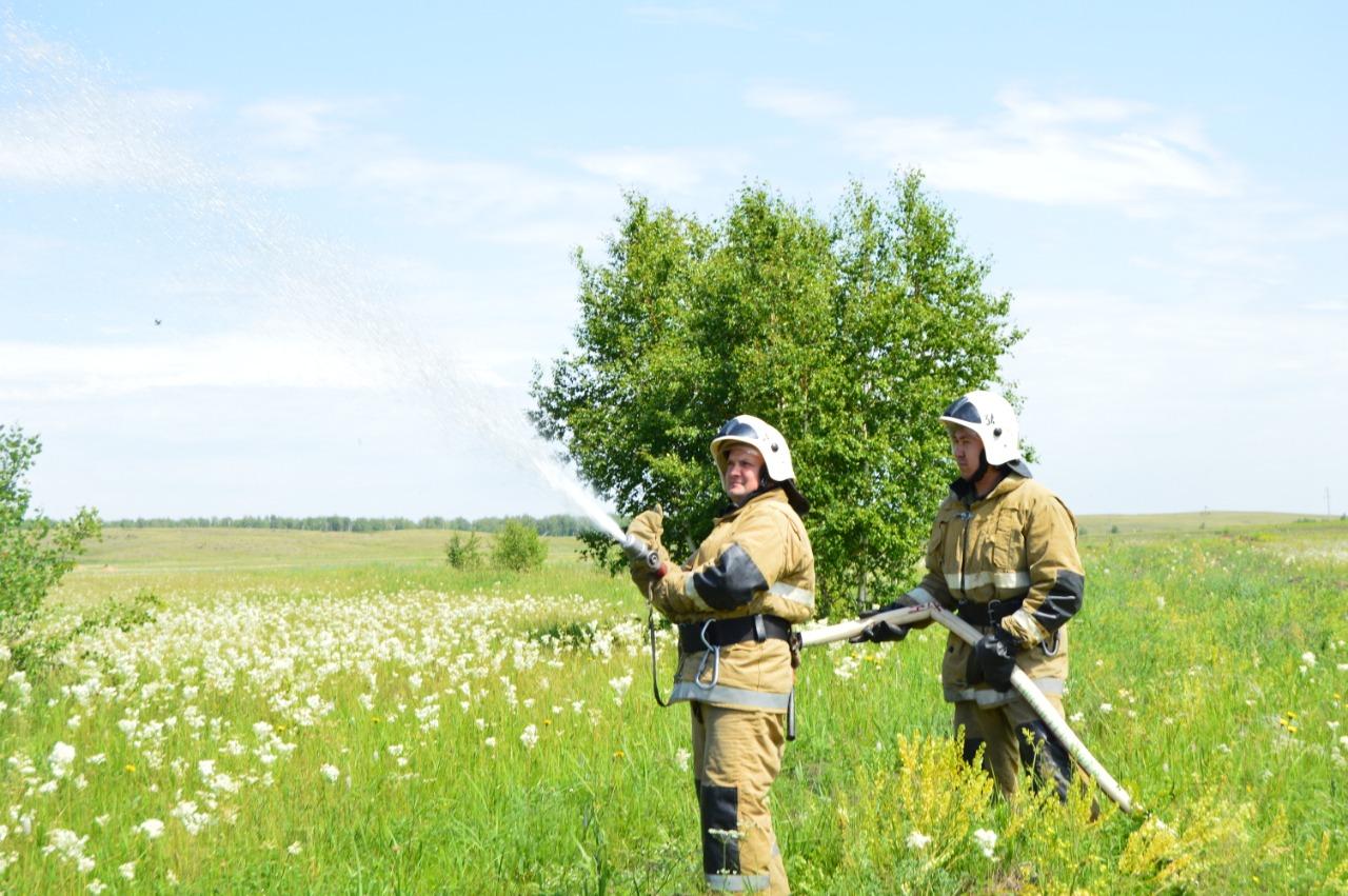 Пожарные на учениях в Бухар-Жырауском районе Карагандинской области