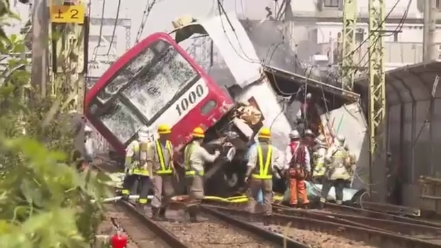 1828a390e03f98e918a51974e191d9c1 - At least 30 people were injured in the train collision with a truck