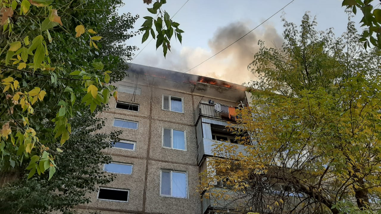9dd3f21804ceaafe5928b00c6ef4b341 - In Taraz burned the roof of residential flats