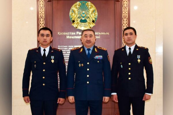 5b4a3745644dd46775938d7a5fd059c5 600x400 - The Minister awarded police officers who saved karagandinka from suicide