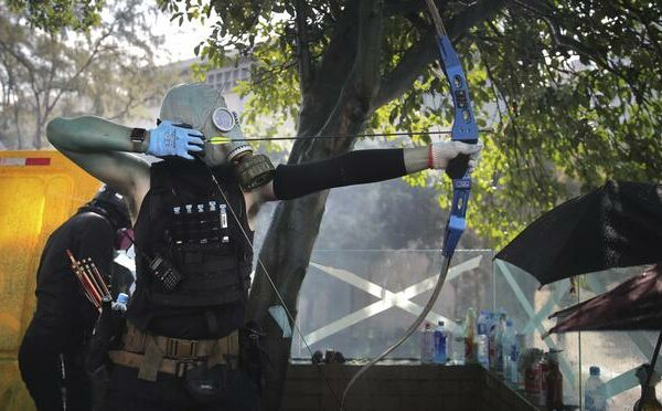 82119e0c15ba2e534e0ce87873fdc3fe e1573996753543 600x372 - Bows armed protesters in Hong Kong