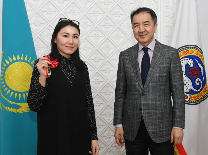 b5c89af6667392a11486ea520f442e5c 700x522 - Bakytzhan Sagintayev presented keys of apartments of young people at work