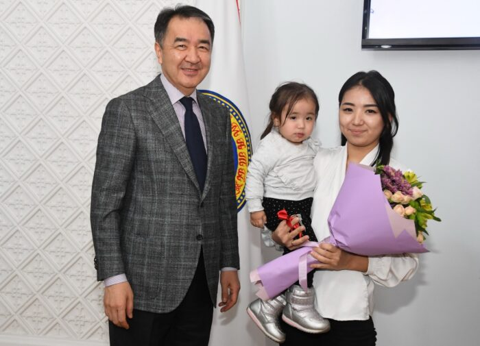 e641740a1cc6982c347389b0d113ca45 700x505 - Bakytzhan Sagintayev presented keys of apartments of young people at work