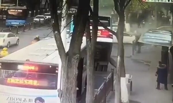 21fdc77823475459e85add2356b3512e 600x360 - The bus with people fell to the ground in China