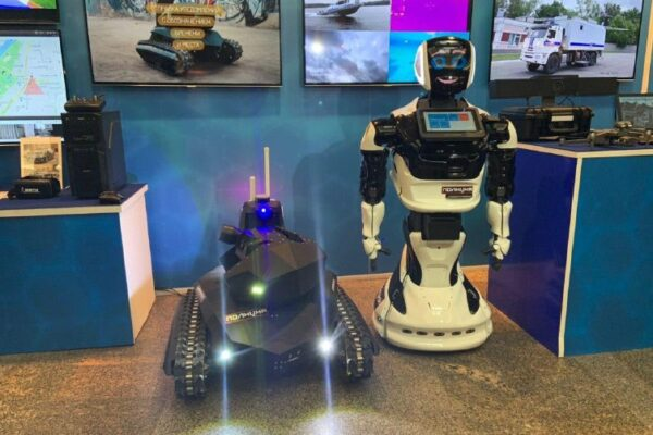 """d685a40037ba18139218b0c0abc18e0b e1582728364623 600x400 - Russia showed """"Robocop"""" to the network and the joystick on the Xbox"""