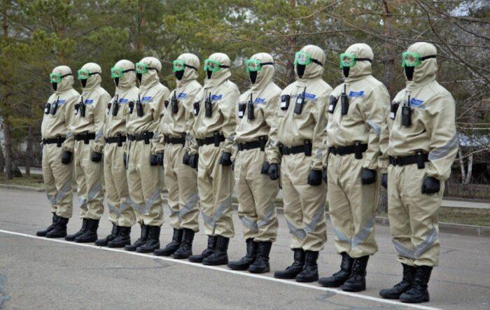 полицейские в защитных костюмах