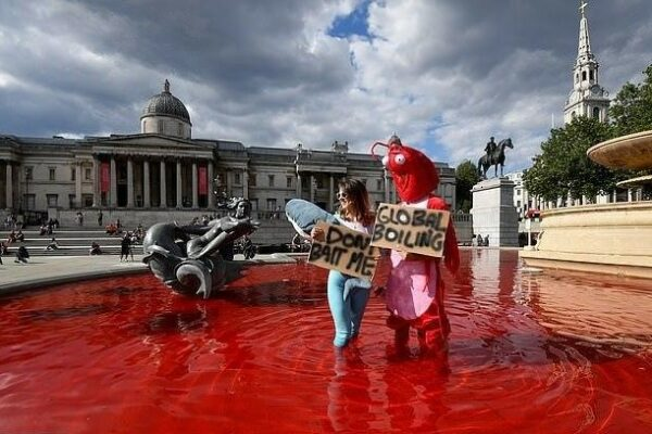 6625ec3e06d48abed9a74bb325eee686 600x400 - In London activists dyed the water in fountains red