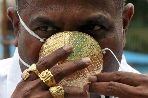 7b6aad7bb7f5552909ce23f6eec28941 600x400 - Indian man wears a protective mask made of gold
